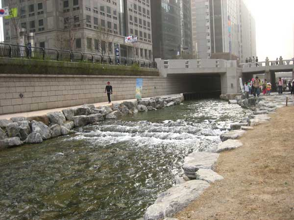 청계천 물흐르는 모습(The Cheong Gye Cheon Stream.2006.Seoul,South Korea.)
