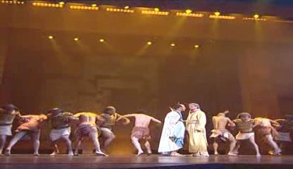 DVD에서 추출한 레딕스십계(les dix commandements)공연 장면1