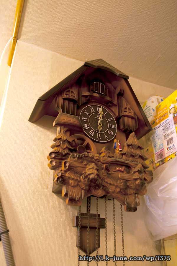 거실에 걸려 있는 갈색 앤틱분위기의 뻐꾸기 시계