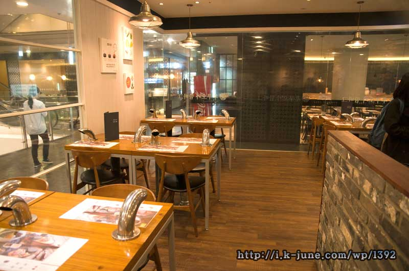 후코오카 함바그 노원역점 내부 밝은 조명과 테이블들.