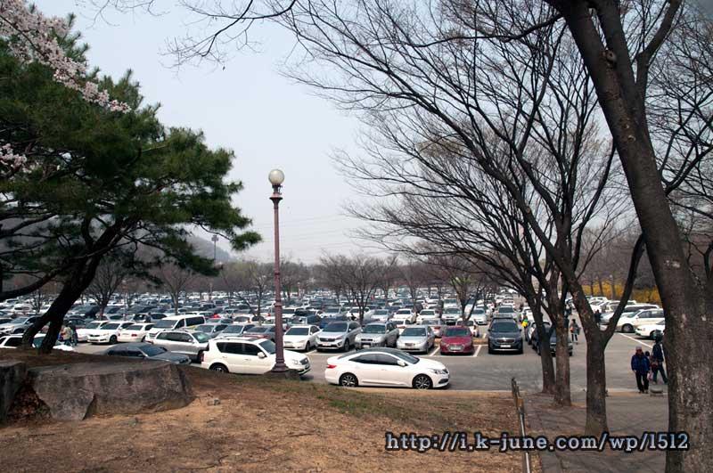 차들이 빼곡히 들어서 있는 주차장