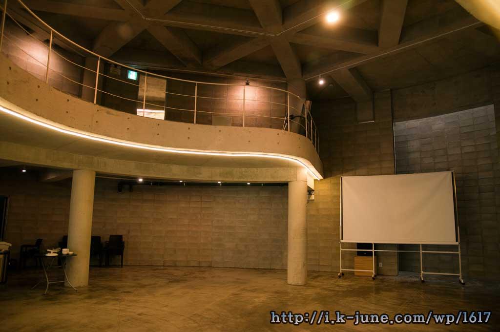 대형스크린과 복층 공간