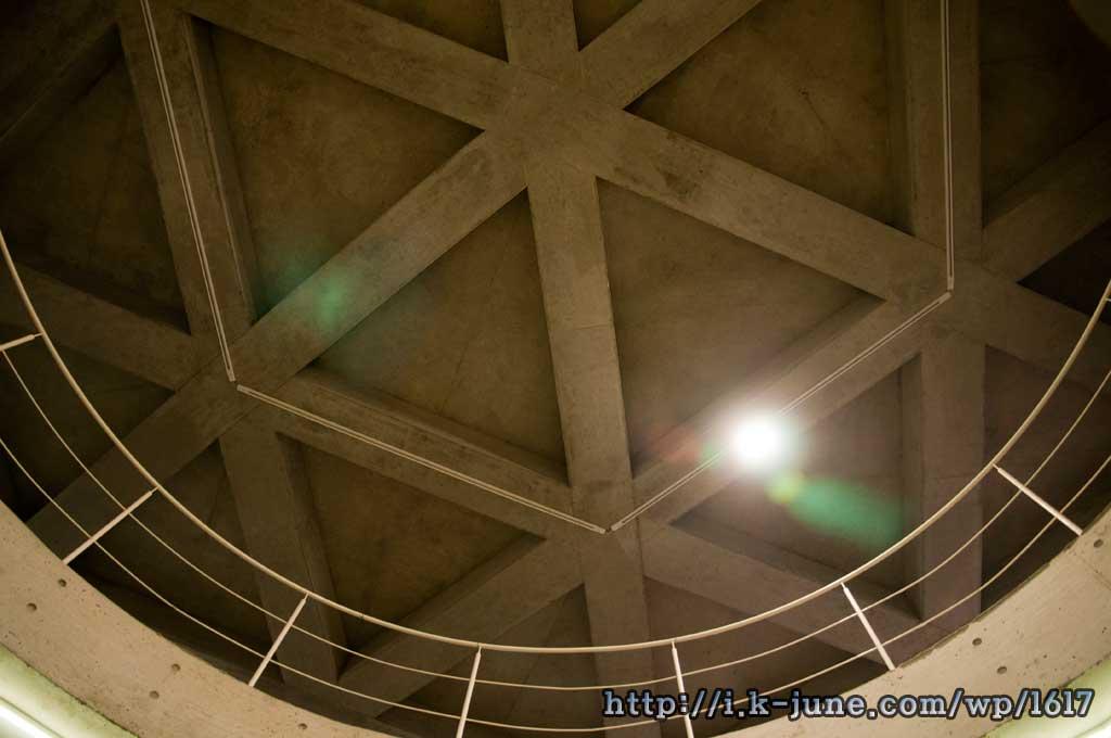 육각형과 원이 조화된 천장의 모습
