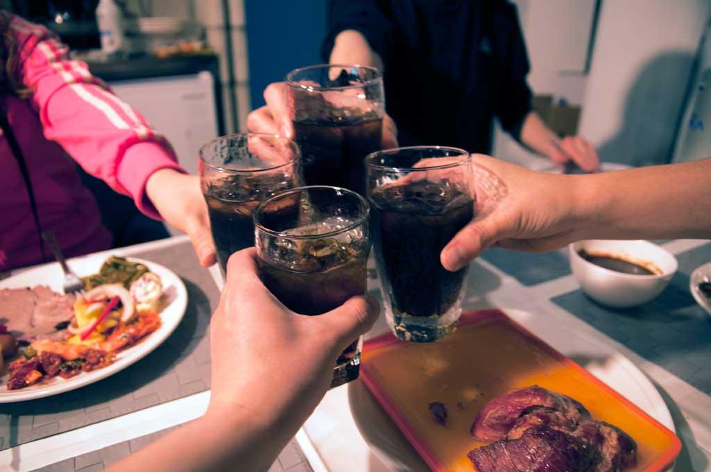 보드카콕 4잔들 들고 건배하는 모습