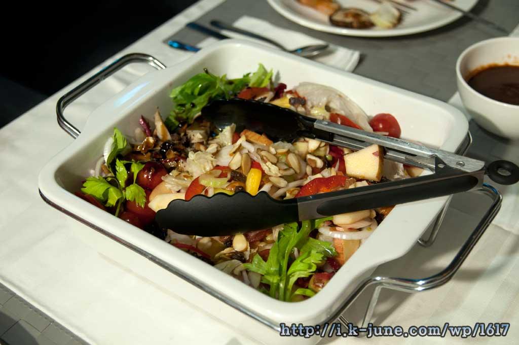 네모난 접시 안에 샐러드가 담겨 있다.