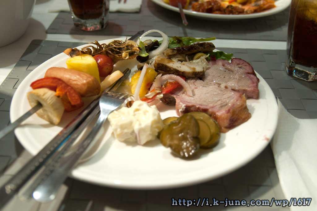 접시위에 올려진 삼겹살,통바베큐,새우구이,소시지등.