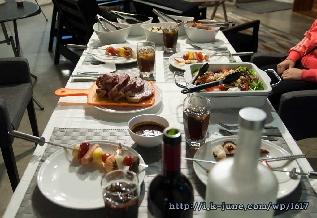 테이블에 올려진 바베큐와 샐러드