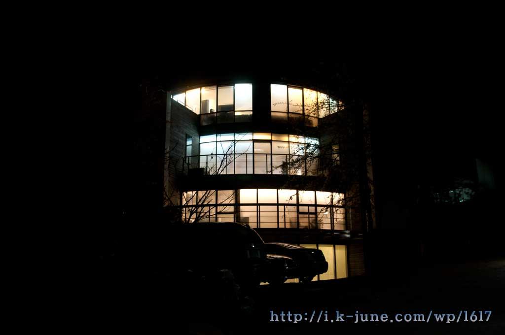 원과호펜션 야간 모습. 창문 사이로 불빛이 보인다.
