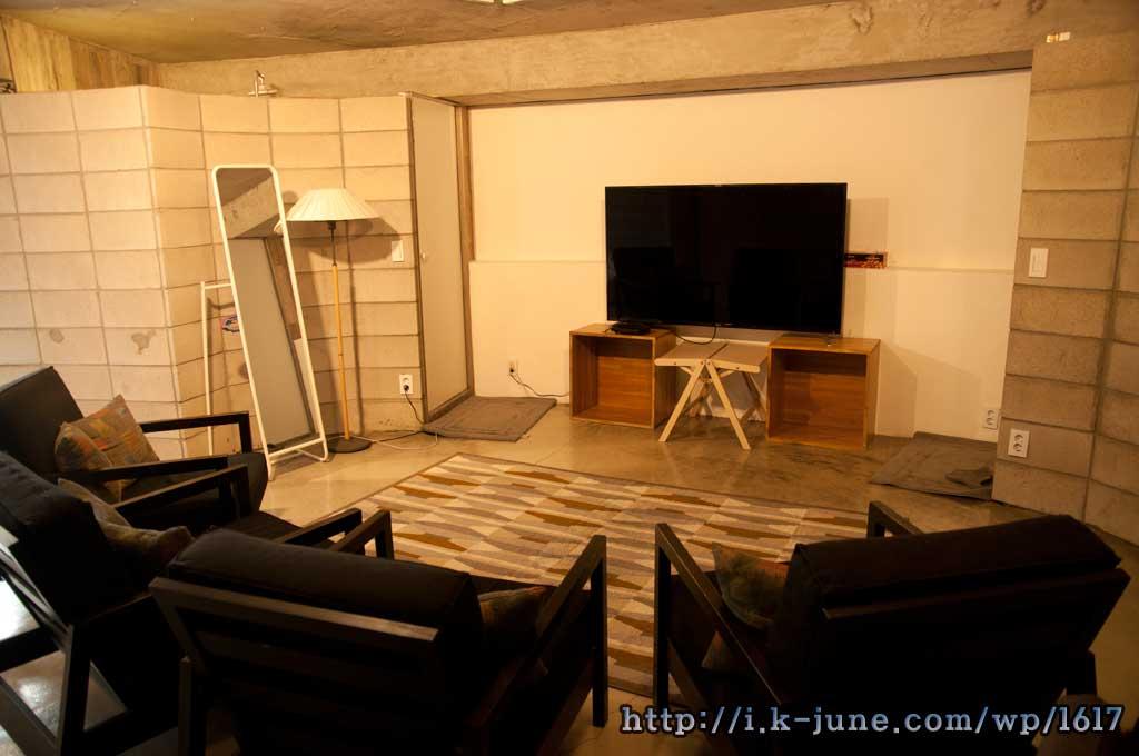 쇼파 4개와 65인치 TV, 그리고 거울