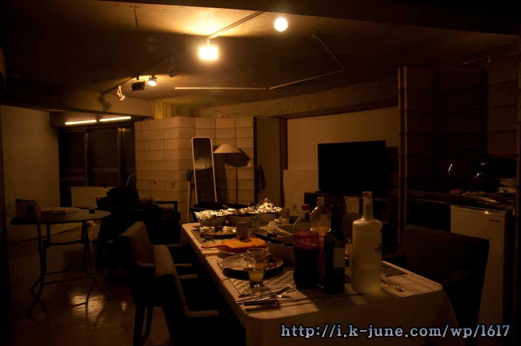 어두운 조명과 테이블