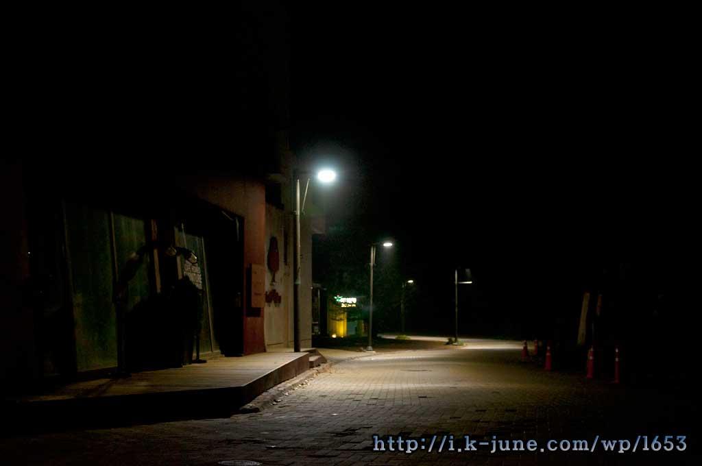 헤이리마을의 밤 풍경. 조용한 골목에 가로등이 켜져있다.