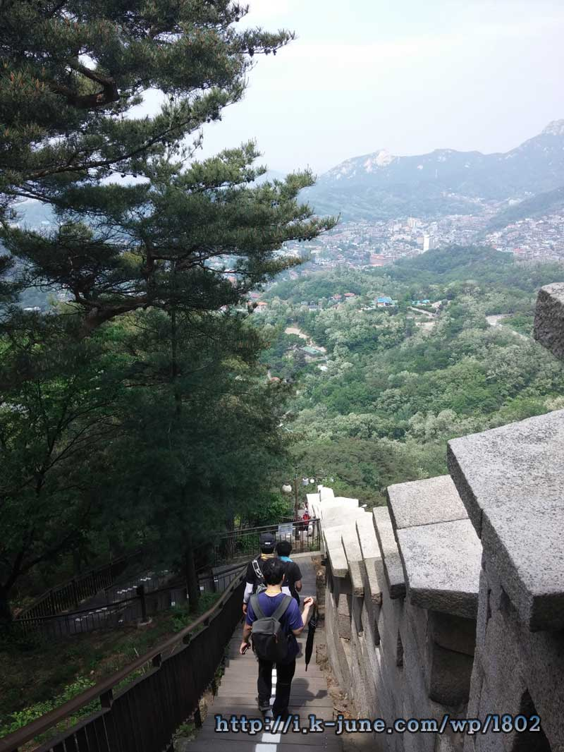 가파른 경사의 등산로 모습.