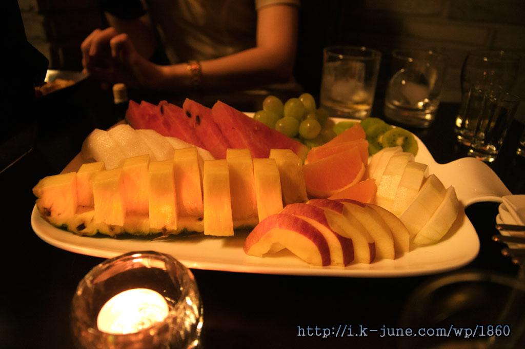 테이블위에 올려진 파인애플,사과,수박,귤등의 과일