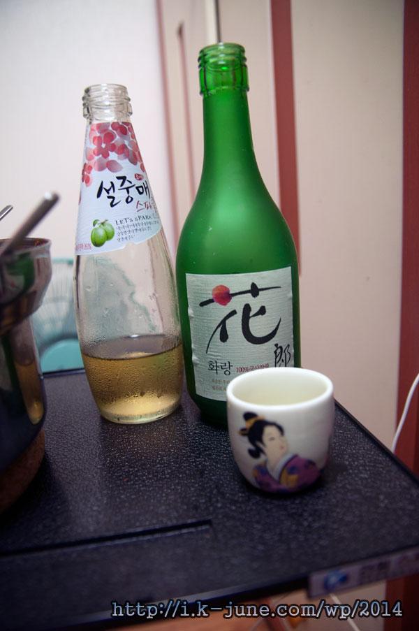 테이블 위에 술병 2개가 놓여 있다. 하나는 화랑, 다른 하나는 설중매.