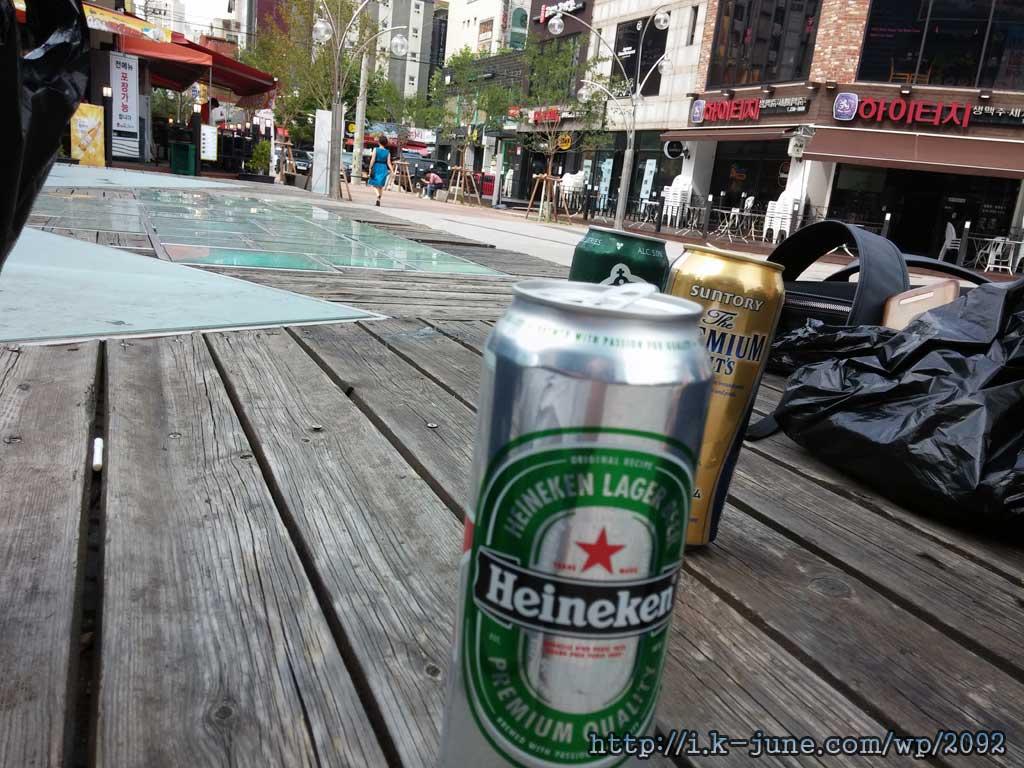 침상높이의 무대 위에 올려진 하이네켄(Heineken) 맥주.