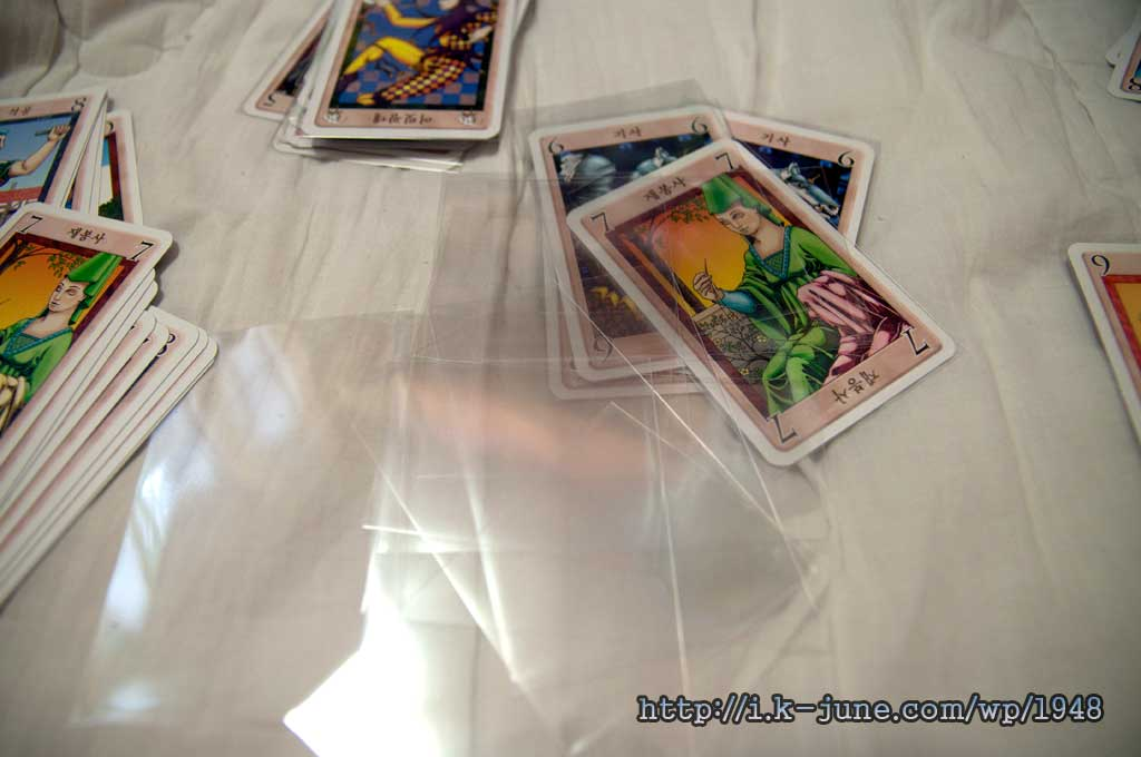 투명한 비닐 재질의 봉투가 바닥에 널려있다