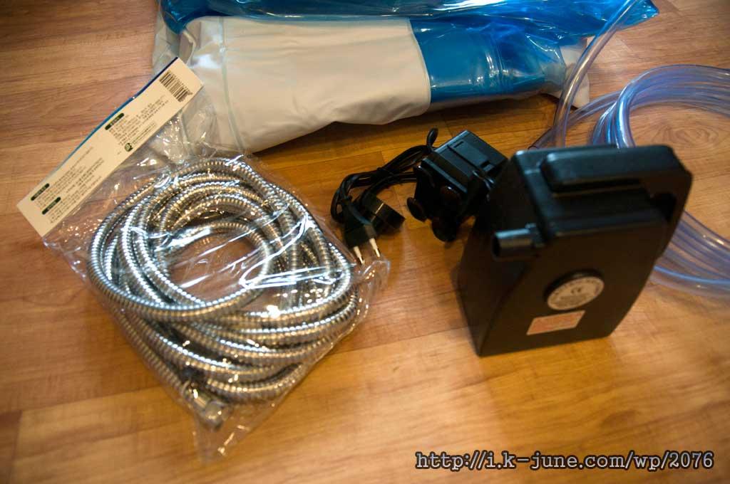 은색 샤워기 호스, 검은색 에어펌프, 검은색 소형 워터펌프