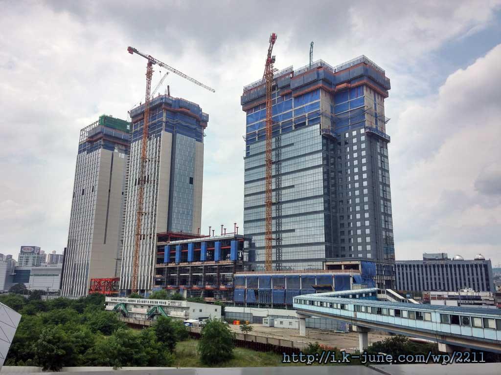 2개의 높은 건물이 공사중이다.