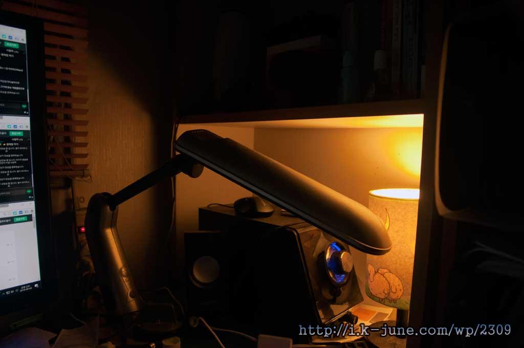 책상위에 놓여진 주황색 전등
