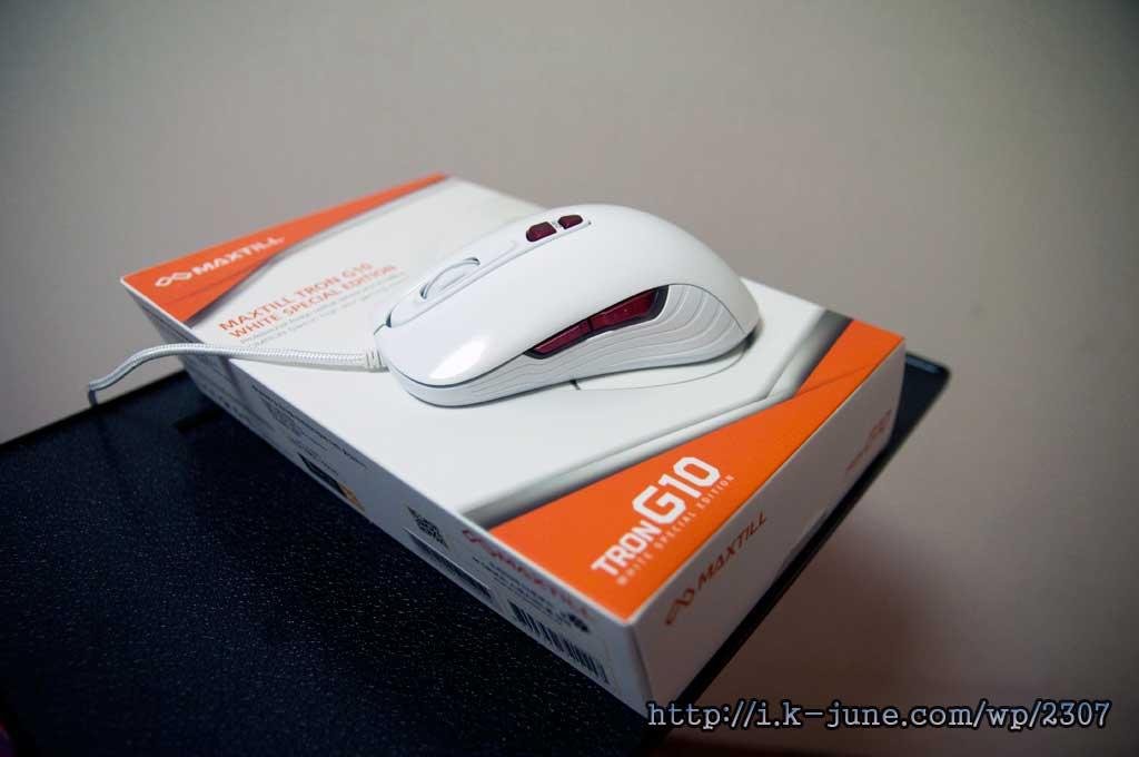 마름모 모양의 상자위에 올려진 흰색 마우스