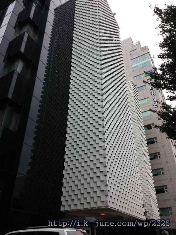 기하학적인 무늬가 새겨져 있는 흰색 건물