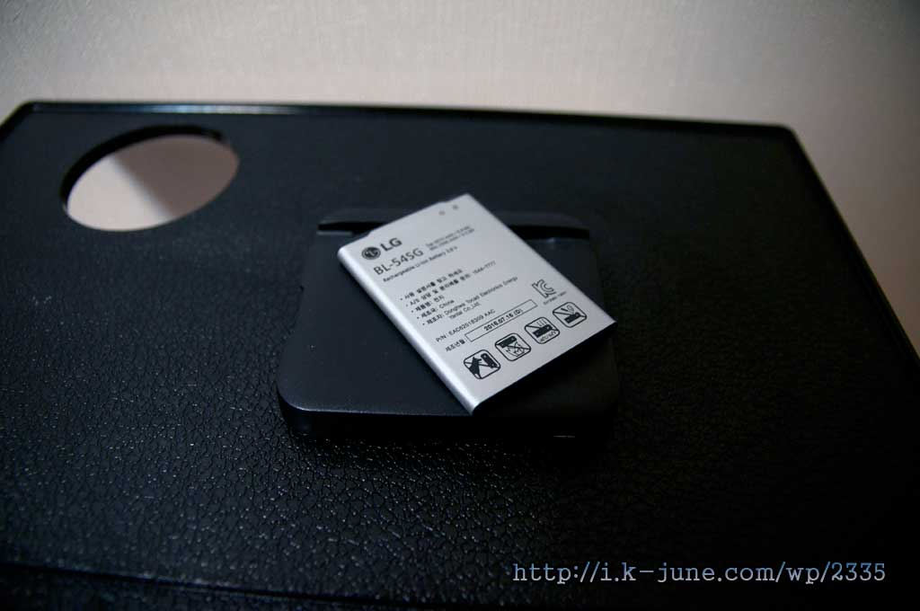 LG G2 스마트폰 배터리 BL-54SG가 검은색 테이블 위에 놓여져 있다
