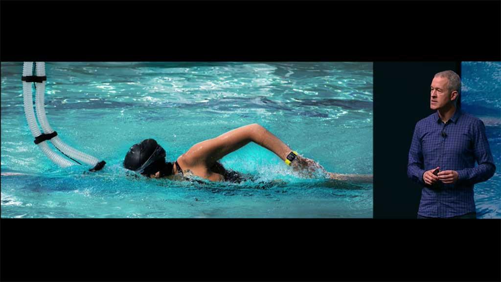 애플워치를 차고 수영하는 남자의 모습