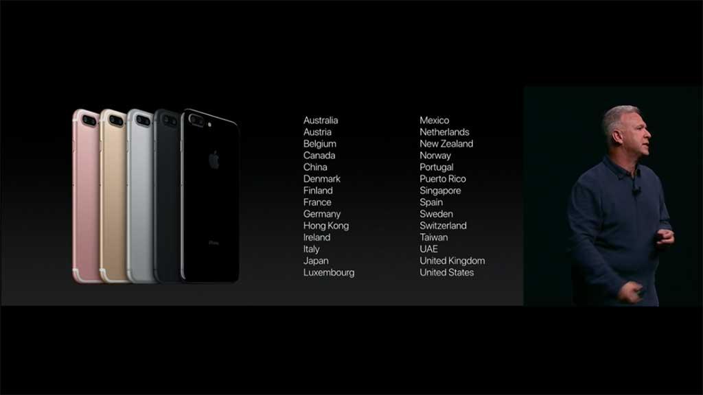 왼쪽에는 아이폰7 색상별로 5대 진열되어 있고 오른쪽에는 1차 출시국가 목록이 30여개국 있다.