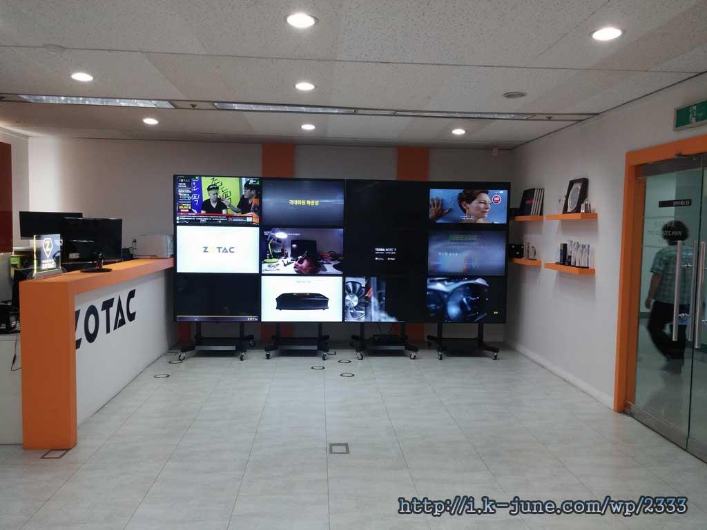 벽 한면에 12개의 모니터를 연결해서 다양한 화면을 보여주고 있다.