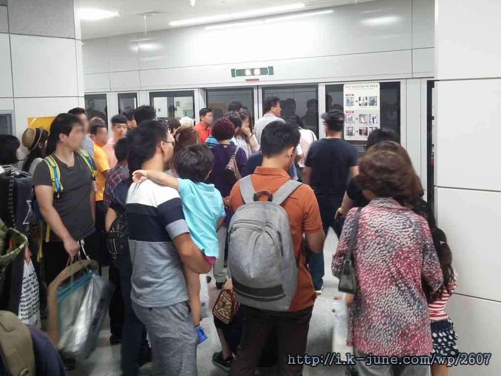 많은 사람들이 줄 서 있는 판교역 승강장의 모습