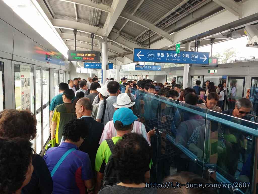 사람들로 북적이는 지하철 승강장의 모습