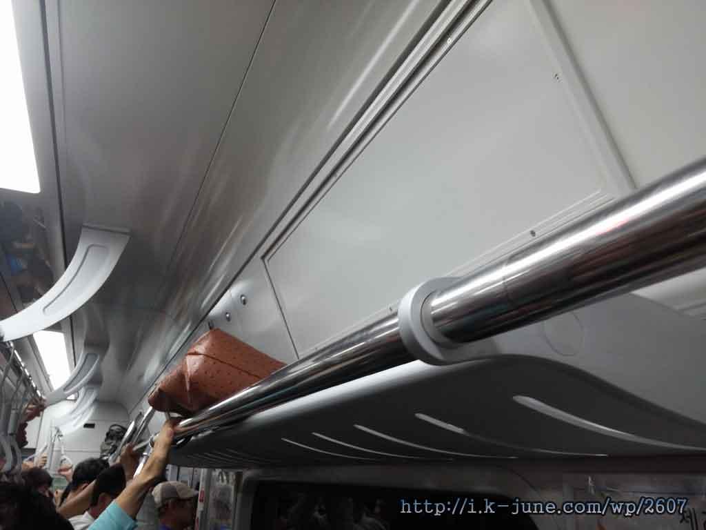 설계구조상 비좁은 전철 선반 모습