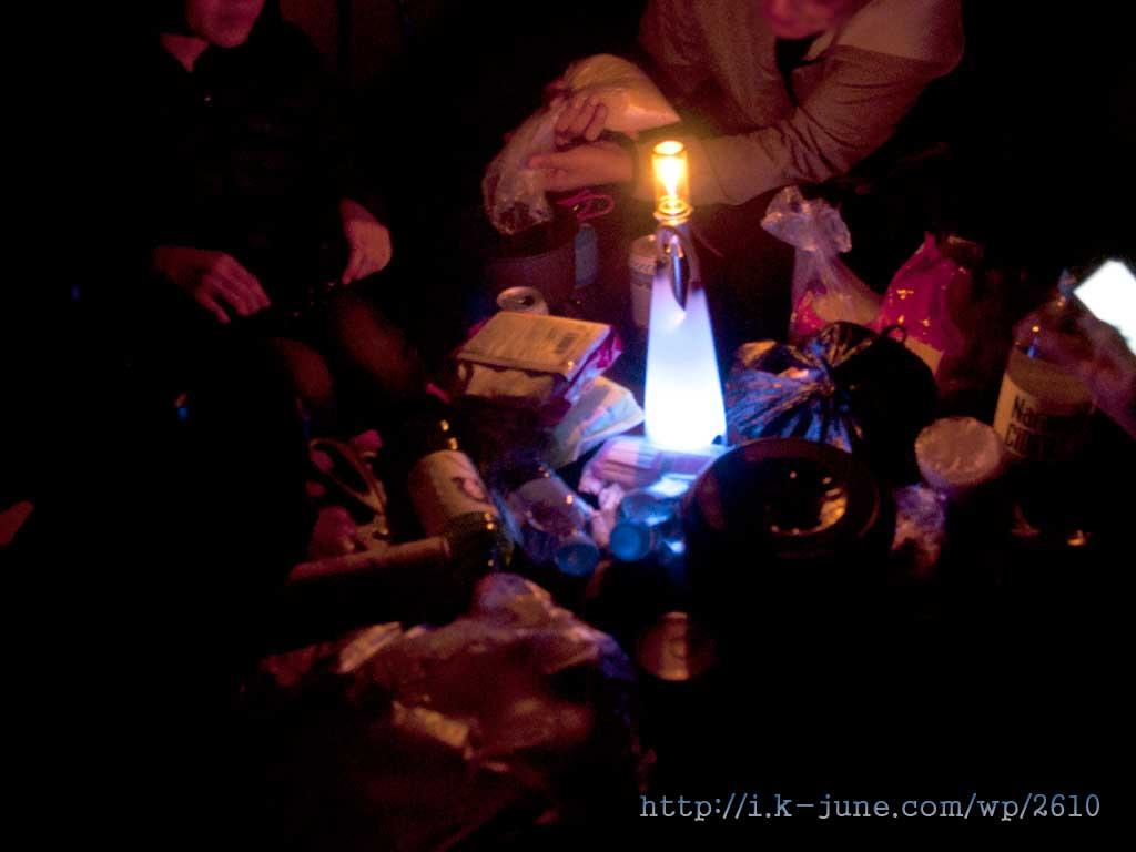 모닥불 대신에 LED랜턴으로 조명을 만들었다.