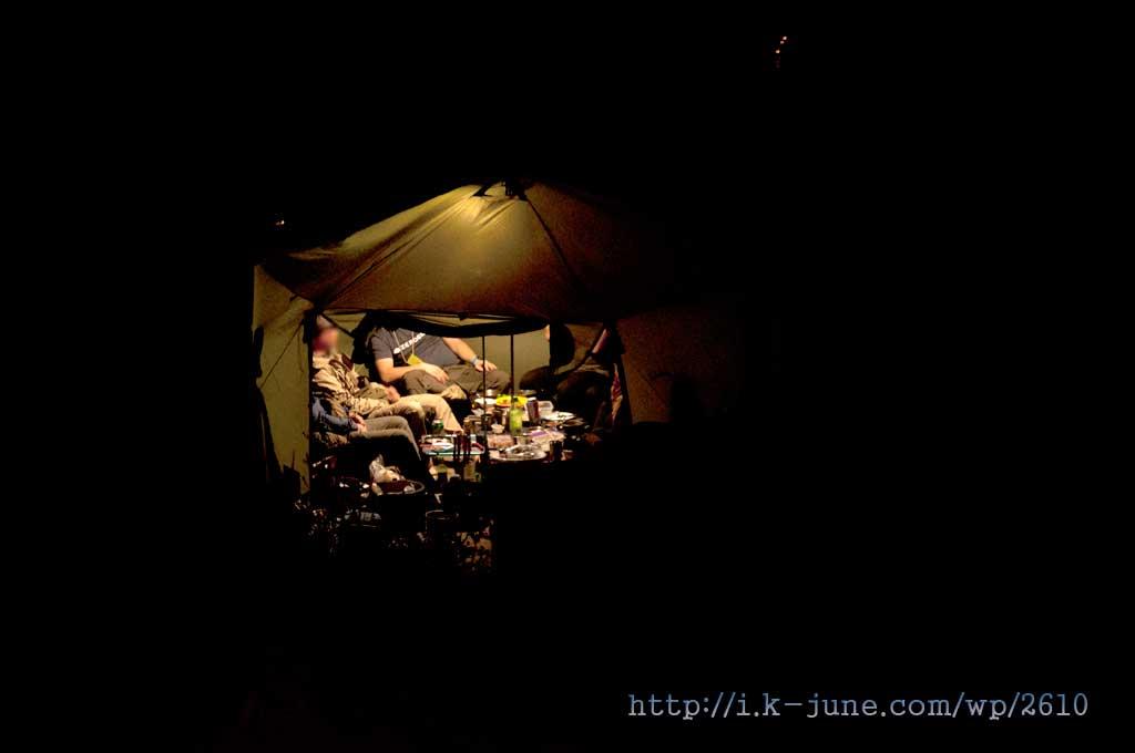 유목민 같은 큰 텐트를 치고 도란도란 이야기하는 다른 일행들