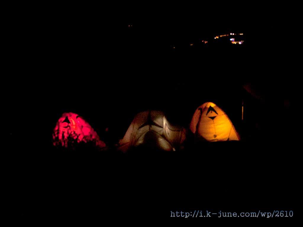 반대편에도 뭔가 아늑해 보이는 텐트를 치고 이야기를 나누고 있었다.