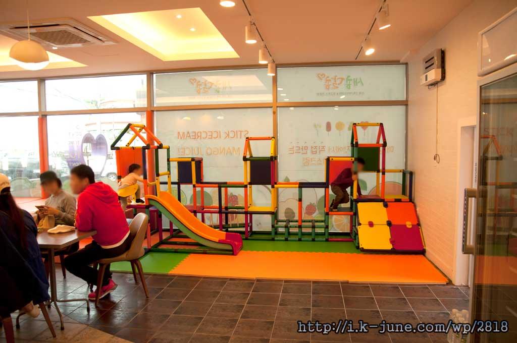 미끄럼틀을 비롯한 놀이기구들이 있는 놀이방 카페의 모습