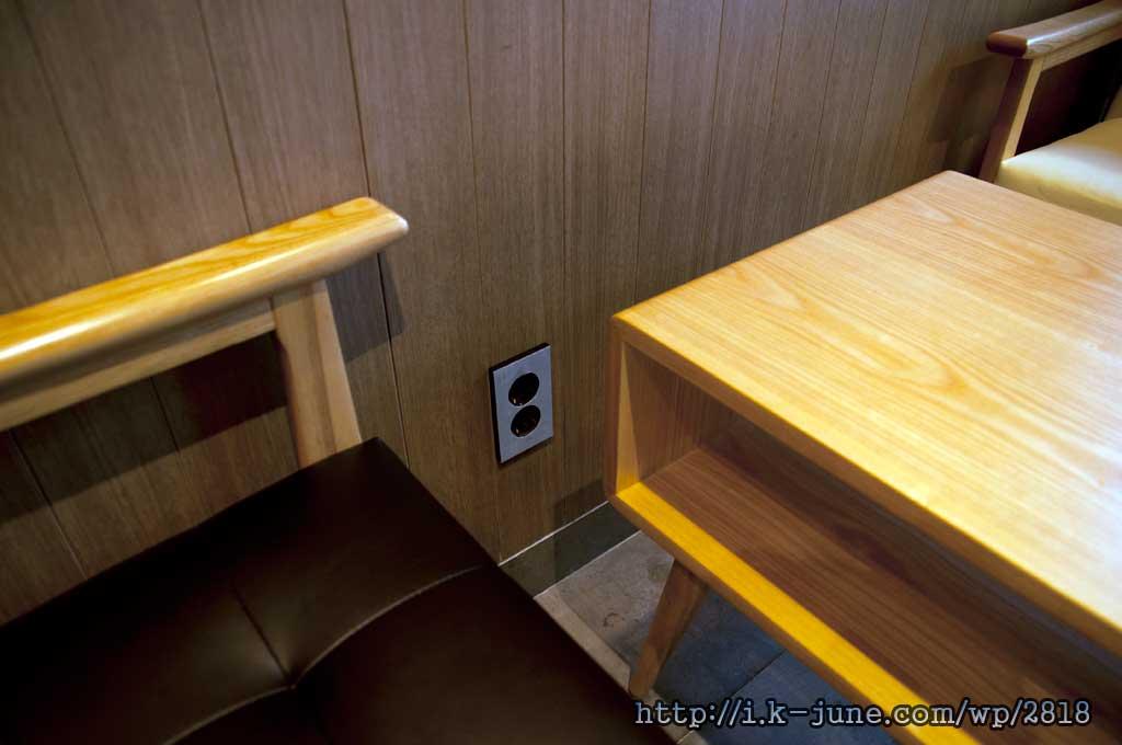 각 테이블마다 전원 플러그를 꽂는 자리가 있다.