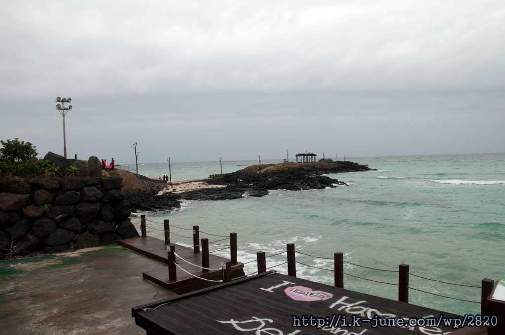 카페 바로 앞에 바다가 있다.