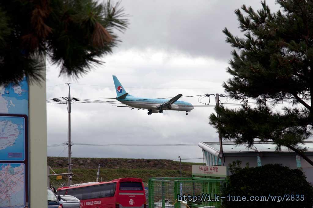 2~3분에 한번씩 들어오는 비행기. 제주공항은 가까이서 비행기를 볼 수 있는 몇 안되는 공항 중의 하나 아닐까.