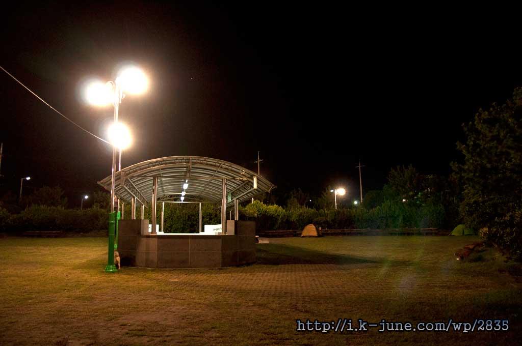 잔디밭에 설치된 텐트의 모습