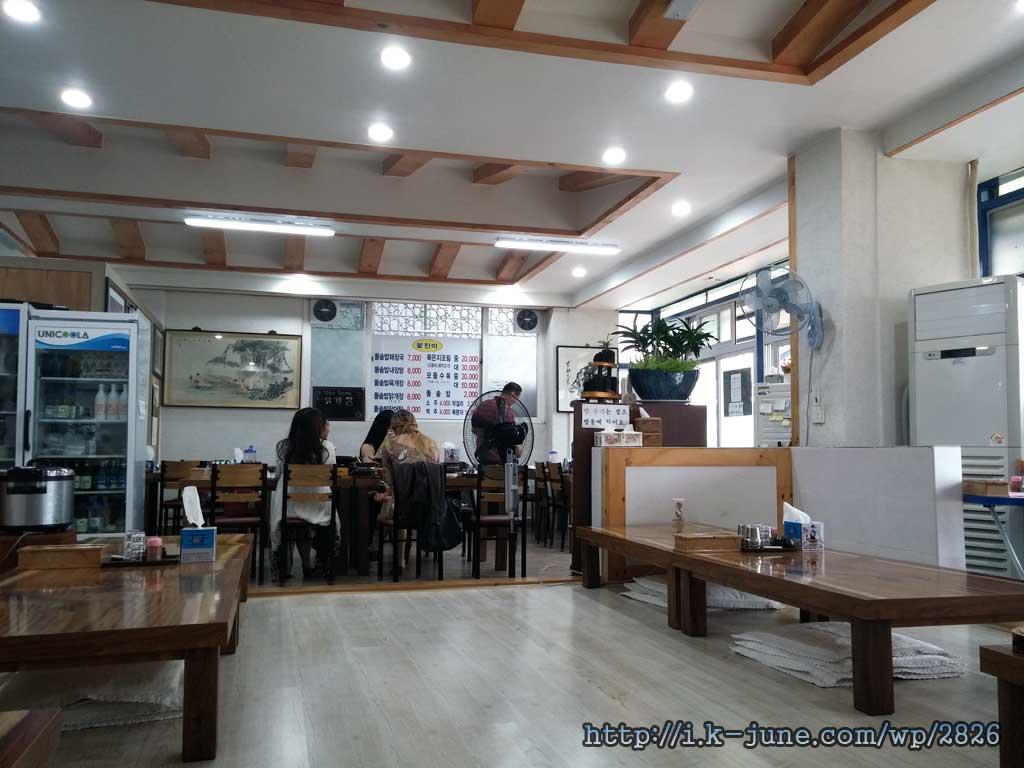 옆 테이블에는 외국인 관광객이 와서 식사를 하고 있었다.