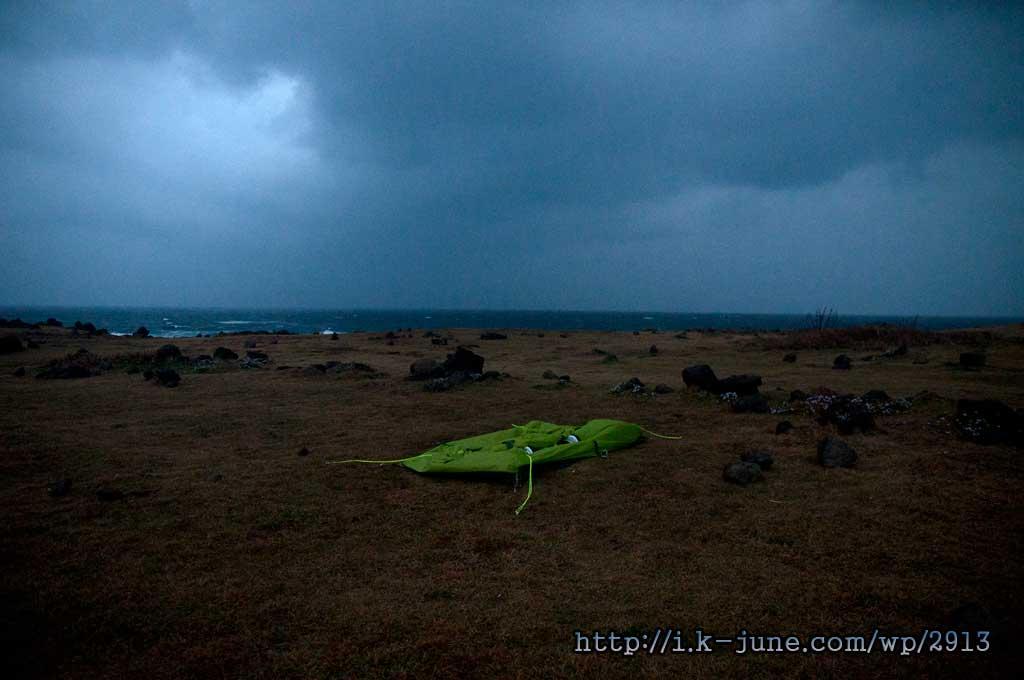 드디어 날이 밝고 세상이 보이기 시작했다. 비는 부슬부슬 내리고 있었고 바람은 거세게 불고 있었다.