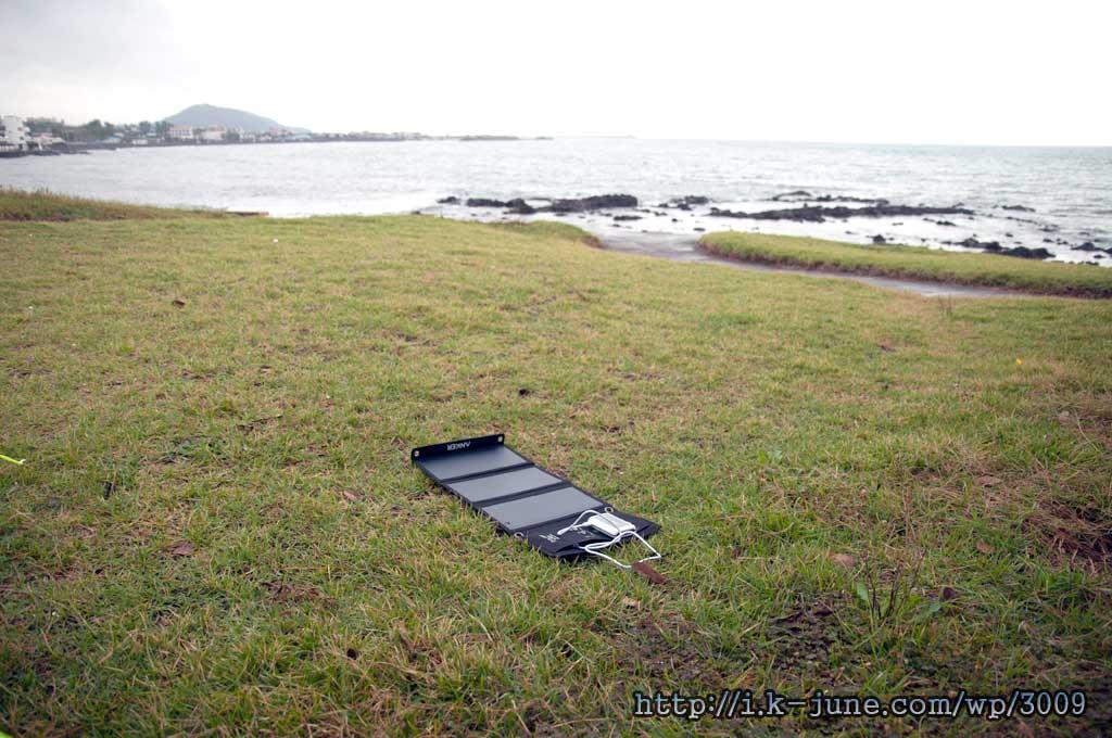 잔디밭 위에 펼쳐져 있는 태양광 충전기