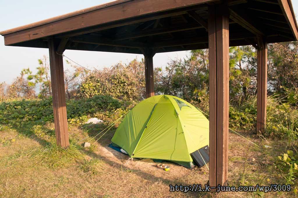 나무 지붕 밑에 쳐놓은 텐트