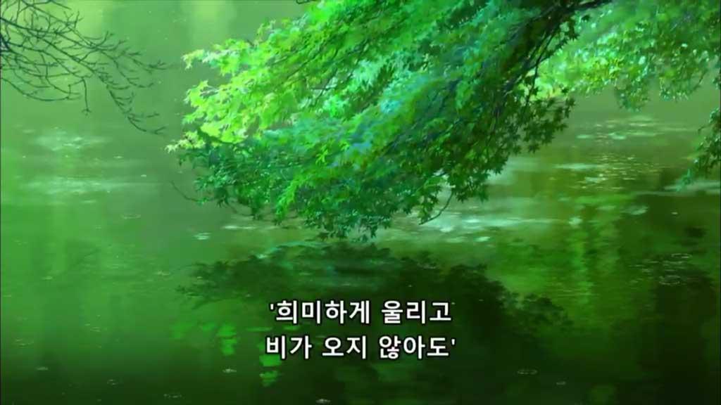 녹색 숲이 우거진 호수의 모습