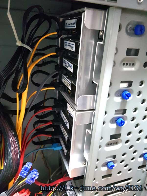 컴퓨터 케이스 내부에 차곡차곡 쌓여 있는 하드디스크의 모습