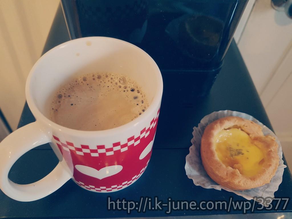 커피가 담긴 머그컵과 치즈타르트