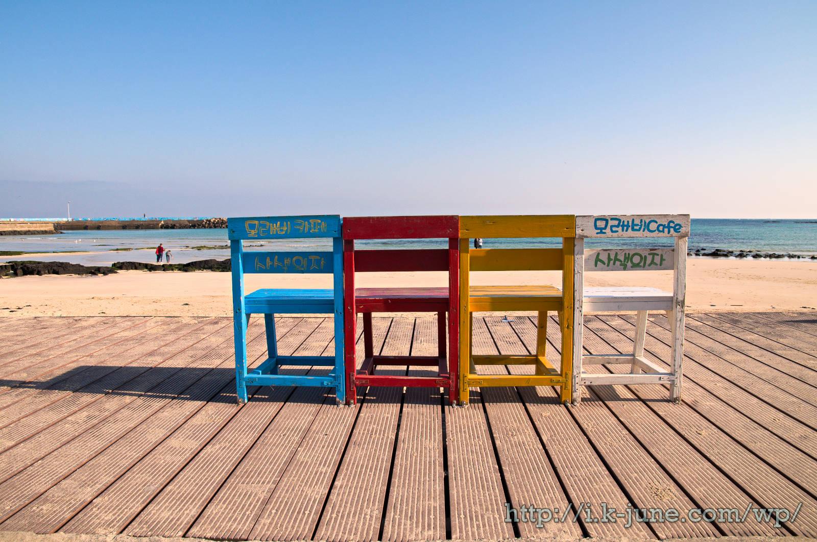 바닷가에 파랑,빨강,노랑,하양 의자