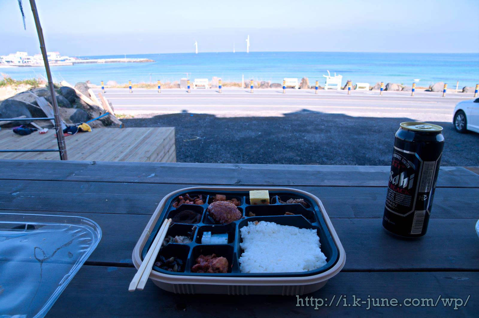 해변의 도시락과 맥주