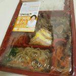 오늘 저녁의 혼술 안주 메뉴는 편의점 도시락 김혜자 명가바싹 불고기로 정했다.